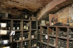 Bild7-Weinkeller-mit-Barolo-Barberesco-Roero-...